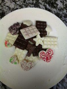 Decoración de la tarta tres chocolates, hecho también en chocolate