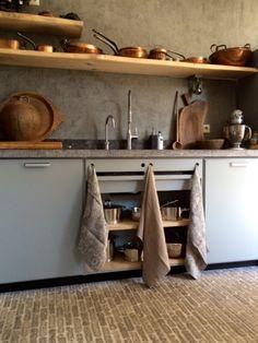Hier een erg mooie variant van onze Bruynzeel Piet Zwart keuken in het hemelsblauw met een Belgisch hardstenen blad met gefrijnde rand. Cozy Kitchen, Kitchen Dining, Kitchen Decor, Dining Room, Home Bakery, Kitchen Styling, Home Kitchens, Floating Shelves, Entryway Tables