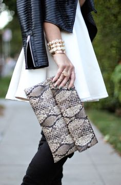 Carrie Bradshaw Lied: Glam Holiday carrying a Prima donna clutch