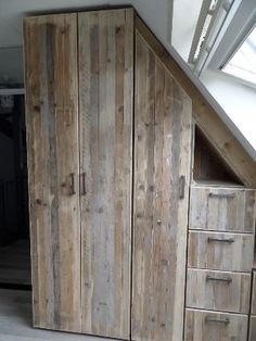 i love this wood Pallet Wardrobe, Bedroom Wardrobe, Built In Wardrobe, Cabin Design, House Design, Small Bedroom Storage, Exterior Stairs, Roof Window, Attic Rooms