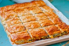 Sekreti/ Ja si të lëpini gishtat me byrek me peta të gatshme - Rozmarine Greek Recipes, Veggie Recipes, Gourmet Recipes, Italian Recipes, Veggie Food, Delicious Recipes, Spinach Ricotta Pie, Spanakopita Recipe, Best Greek Food