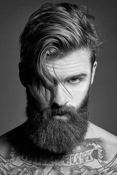 hipster bart vollbart-gepflegt-pony-lang-tattoo-mann-brünett