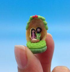 Nacimiento en miniatura en cascara de pistachio,Maria,José y el niño Jesus.