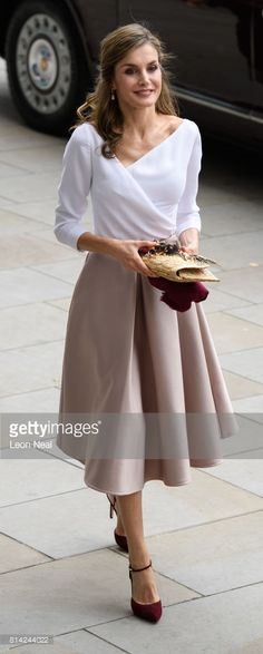 Queen Letizia of Spain Wrap Top - Queen Letizia of Spain looked very refined in a white wrap top with an asymmetrical neckline while touring London. Princess Letizia, Queen Letizia, Style Royal, My Style, Dress Skirt, Midi Skirt, Royal Fashion, Celebrity Style, Street Style