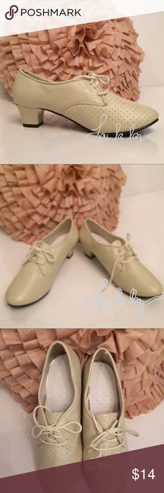 """VINTAGE LACE UP SHOES. Brand unidentified. Absolutely adorable on. Prettier than picture captures. Vintage style women's lace up leather shoe. Brand unidentified./ 1.5 """" chunky heel./vanilla cream color/ Sz. 7/ Like New condition $14 unidentified Shoes"""