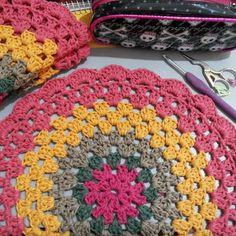 Canto do Pano Artesanato: Sousplat Crochê Crochet Pillow Patterns Free, Crochet Basket Pattern, Crotchet Patterns, Granny Square Crochet Pattern, Crochet Granny, Crochet Scarf Easy, Knit Or Crochet, Crochet Dollies, Crochet Unicorn