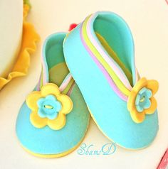 Fondant Baby Shoes by ~Très Chic Cupcakes by ShamsD~, via Flickr Fondant Baby Shoes, Fondant Flower Cake, Fondant Rose, Fondant Tips, Fondant Cakes, Fondant Figures Tutorial, Fondant Toppers, Cake Tutorial, Minnie Baby