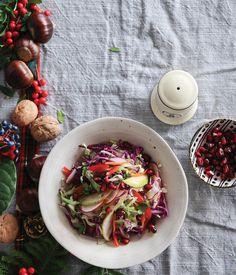Η λαχανοσαλάτα είναι από τις πιο αγαπημένες σαλάτες του χειμώνα. Εδώ, σε μια παραλλαγή με τη φρεσκάδα του μήλου και την ιδιαίτερη μαραθόριζα, γίνεται ιδανική για το γιορτινό μας τραπέζι!