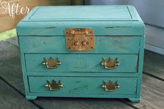A thrifted jewelry box face lift with Waverly Inspirations Chalk Paint by Plaid #chalkpaint #homedecor