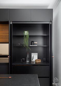 Aamiaiskaappi on arjen luksusta! Helsinki, Black Kitchens, Modern Kitchens, Modern Kitchen Design, Bars For Home, Hana, Kitchen Accessories, Bookcase, Sweet Home