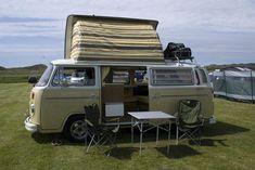 A Kombi é um veículo charmoso e tradicional que pode servir os seus donos de várias maneiras, inclusive sendo transformado em uma casa ambulante. Volkswagen Westfalia Campers, Car Volkswagen, Vw T1, Vw Doubleback, Kombi Trailer, Best Cars For Teens, Vw Camping, Kombi Home, Vans