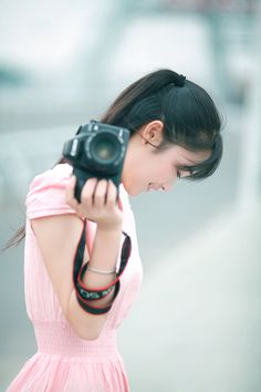 Senior picture idea for girl with camera. Camera senior pictures. Photographer senior pictures. #cameraseniorpictures #girlwithcamera #seniorpictureideasforgirls