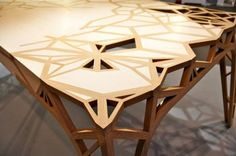 Table en bois design Captain's world is law