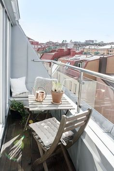 39 Creative yet simple balcony decor ideas for apartments - Siena Palmacci - Kleiner Balkon - Balcony Furniture Design Small Balcony Design, Tiny Balcony, Small Balcony Decor, Small Patio, Balcony Ideas, Patio Ideas, Small Terrace, Garden Ideas, Apartment Balcony Decorating