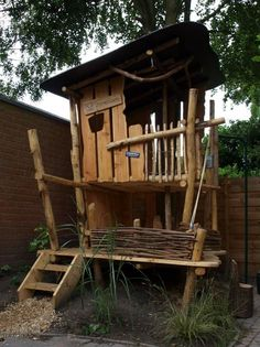 Building a tree house for children in the garden - useful tips and ideas - Tree house garden build stilts stair platform Informations About Ein Baumhaus für Kinder im Garten - Cozy Backyard, Backyard Playground, Backyard For Kids, Backyard Landscaping, Backyard Ideas, Garden Playhouse, Build A Playhouse, Cubby Houses, Play Houses