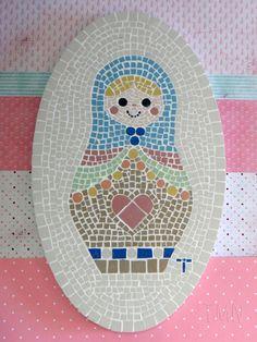 Quadro de Mosaico Matrioshka Aurora. <br>Design exclusivo, feito pela mosaicista Tainah Neves. <br> <br>Mosaico feito à mão com Pastilhas de Porcelana. <br> <br> <br> <br>Dimensões: 31,5 cm x 19 cm, espessura 1,3 cm.