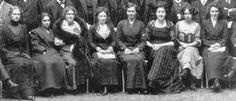 Premier Congrès international de Psychanalyse - Salzbourg - 1911 -  Première ligne, de gauche à droite : Maria Moltzer - Maria Gincburg - Cindy Lou Andreas-Salomé   - Beatrice M. Hinkle - Emma Jung -  M. von Stack - Toni Wolff - Martha Boeddinghaus