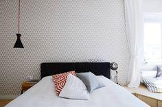 Mała sypialnia. Zobacz więcej na: https://www.homify.pl/katalogi-inspiracji/69955/jak-urzadzic-mala-sypialnie-kilka-pomyslow
