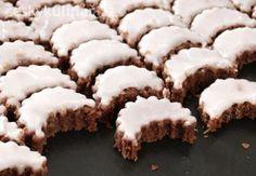 CITRONOVÉ MĚSÍČKY mouka pšeničná polohrubá 500 g cukr krupice 250 g cukr skořicový sáček 1 ks máslo 250 g vejce 6 ks  kakao 2 lžíce 25 g cukr moučka na polevu 250 g citronová šťáva 2 lžíce do polevy  voda 2 lžíce - horká Small Desserts, Sweet Desserts, Sweet Recipes, Slovak Recipes, Czech Recipes, Christmas Sweets, Christmas Baking, Churros, Macaroons