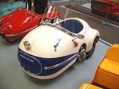 Brutsch Mopetta Car at the Microcar Museum(USA), Brutsch Rollera to left of Mopetta. Scooters Vespa, Lambretta, Microcar, Car Restoration, Smart Car, Pedal Cars, Vw T1, Cute Cars, Car Humor