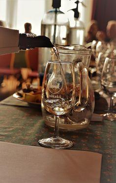 Gáti Erika Kóstolásra várva Ebben az évben is áprilisban került megrendezésre Csókakőn, a borverseny. Szebbnél szebbeket lehetett kóstolni, és közel 70 bormintából kerültek ki az érmes borok.  Több kép Erikától: www.facebook.com/erika.gati.3