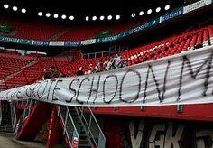 6-Jun-2015 12:17 - SUPPORTERSACTIE FC TWENTE: TIJD VOOR GROTE SCHOONMAAK. FC Twente-supporters hebben vanmorgen een ludieke actie gevoerd voor en in het stadion. Gewapend met bezems en emmers maakten ze duidelijk dat…...