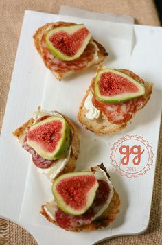 Bruschetta, goat cheese, salame and figs. Tapas, Pizza E Pasta, Bruschetta, Breakfast Toast, Party Finger Foods, Food Tasting, Appetizer Dips, Snacks, Italian Recipes