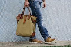 Camisa: Tommy Hilfiger/ Calça: Diesel/ Bota: Asos/ Relógio: Asos/ Bolsa: Ralph Lauren/ Óculos: Maui Jim