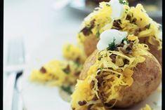 Met zuurkoolgehakt gevulde aardappels