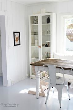 Mrs. Monday: Tak og gulv... love this cupboard with the dining table - lovely!