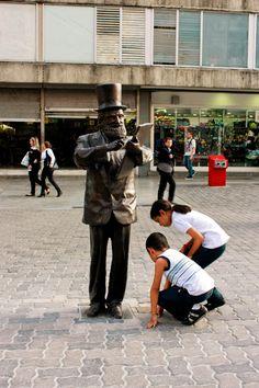 Niños caraqueños juegan alrededor del artista plástico Armando Reverón en Sabana Grande. Caracas, Venezuela