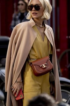 Attendees at Milan Fashion Week Fall 2020 - Street Fashion Top Street Style, Autumn Street Style, Urban Fashion, Womens Fashion, Nordic Fashion, Street Fashion, Rose Fuchsia, Milano Fashion Week, Jennifer Lopez