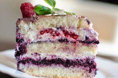 Letni, owocowy tort z waniliowym kremem śmietankowym, frużeliną jagodową i świeżymi malinami:) Szybki i łatwy do zrobienia a do tego delikatny i pyszny:) Fajna propozycja dla dzieci, które lubią ciasta z owocami. Polecam:) Biszkopt • 5 średnich jajek • 1 szkl. mąki pszennej tortowej • 3/4 szkl. cukru zwykłego • szczypta soli Wszystkie składniki na … Czytaj dalej Tort śmietankowy z frużeliną jagodową i malinami → Muffins, Cupcakes, Blueberry Cheesecake, Vanilla Cake, Food, Sweet Desserts, Pies, Kuchen, Raspberries