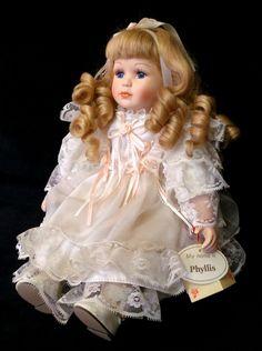 Boneca De Porcelana. Sentada.