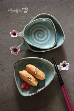Take a look at this refreshing pottery handmade - what an original style and design Ceramic Tableware, Ceramic Clay, Ceramic Painting, Ceramic Bowls, Japanese Ceramics, Japanese Pottery, Pottery Bowls, Ceramic Pottery, Clay Bowl