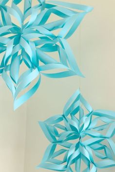 Today I'm sharing a tutorial for these pretty paper snowflakes, which happen to be one of my favorite holiday crafts! Not only are they completely lovely, but they're also incredibly simpl Elsa Birthday Party, Frozen Birthday Theme, Frozen Themed Birthday Party, 3rd Birthday Parties, Circus Birthday, Circus Party, Third Birthday, 50th Birthday, Birthday Ideas