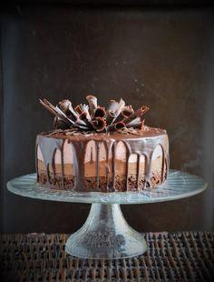 Csoki-eper mousse torta csokiszivarkákkal - csurgatott design | Sweet & Crazy Sweets Cake, Mousse Cake, Cake Cookies, Cake Designs, Tiramisu, Fondant, Biscuits, Food And Drink, Pudding