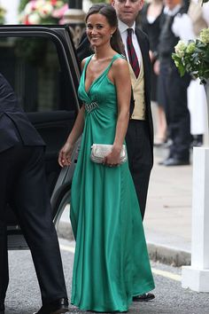 Pippa Middleton, Kate Middleton's sister and maid of honor was one of the sexiest woman attending the royal wedding yesterday. Pippa Middleton Style, Pippa Middleton Wedding, Middleton Family, Evening Dresses, Prom Dresses, Bridesmaid Dresses, Wedding Dresses, Kate And Pippa, Emerald Dresses