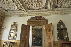 Georg-Friedrich-Zimmer mit aufwändiger Stuckdecke in Schloss Weikersheim