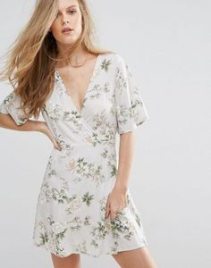 Vestido de tarde con diseño cruzado en la parte delantera y estampado floral de Pull&Bear