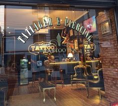 Loja de piercing e tatoo Dad Tattoos, Tatoos, Tattoo Ink, Tatto Shop, Parlour Design, Tattoo Cafe, Tattoo Studio Interior, Studios, Tattoo Parlors