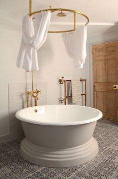 Discover Berdoulat & Breakfast, a B&B in Bath restored with delightful details on HOUSE - design, food and travel by House & Garden. Home Interior, Interior Design, Round Bath, Traditional Baths, Traditional Office, Traditional Kitchens, Traditional Bathroom, Beautiful Bathrooms, Home Decor Accessories