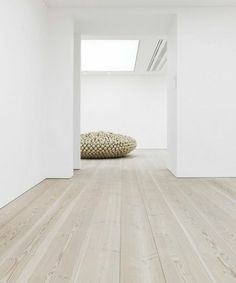 The light parquet is the new indoor hit for - ftille Inexpensive Flooring, Decor, Home Interior Design, Indoor, House Flooring, House Interior, Office Interiors, White Decor, Home Deco