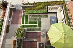 16 Designs Inspirado paisagem do quintal, visto de cima // Este pátio de volta adicionou muita vegetação e linhas limpas para mantê-lo moderno, mas também mantê-lo sentindo-se como um espaço natural, ao ar livre.
