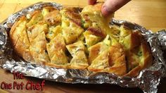 Cheesy Garlic Pull-Apart Bread - Cool Home Recipes 1 Unsliced Vienna Loaf (or similar bread) 1 Stick lb) of Butter (at room temperature) 2 Cloves of Freshly Crushed Garlic Freshly Chopped Parsley Cups of Grated Mozzarella Cheese Pull Apart Garlic Bread, Pull Apart Bread, My Recipes, Bread Recipes, Cooking Recipes, Recipies, Savoury Recipes, Crack Bread, One Pot Chef