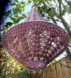 Lindevrouwsweb: Haakpatroon Kroonluchter Alexia Lampe Crochet, Crochet Lampshade, Chrochet, Crochet Lace, Creative Crafts, Diy Crafts, Crochet Humor, Funny Crochet, Lamp Shades