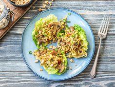 Noedels met kastanjechampignons in little gem-schuitjes met pittige rode peper Recept | HelloFresh