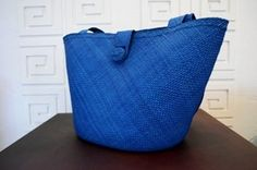 Blue bag made of Iraca thread Artesanías de Colombia.