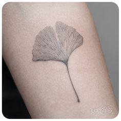 Ginkgo Line Tattoo by tatuyiseuteu River, ginko leaf tattoo Line Tattoos, Flower Tattoos, Body Art Tattoos, Small Tattoos, Cool Tattoos, Tattoo Studio, Art Deco Tattoo, Botanisches Tattoo, Tatoo Henna