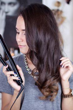 """Es ist da, das langersehnte Hairstyling-Video! Ich hoffe, es ist anschaulich genug, wirklich kompliziert sind die Schritte zumindest nicht. Normalerweise bürste ich meine Haare noch viel mehr aus, aber ich dachte, ich lass die Locken für's Video mal noch so """"frisch und sprunghaft"""" :) Viel Spaß! PS: Macht ihr euch Locken eigentlich auch immer mit …"""